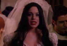 Kobieta przebrana za zombie pannę młodą