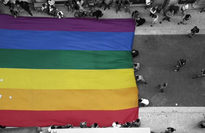 Ludzie niosący flagę LGBT