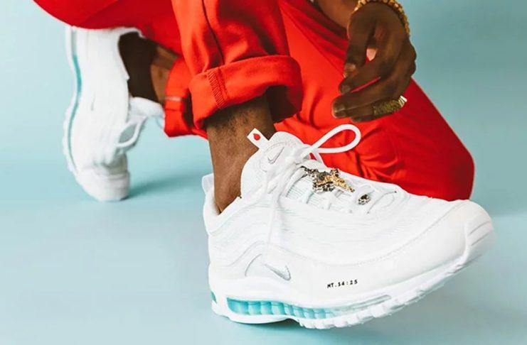 Białe buty w niebieskim elementem podeszwy