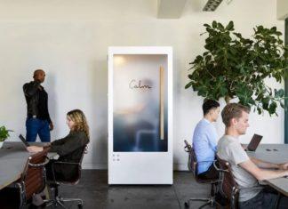 Biała budka stojąca w środku biura