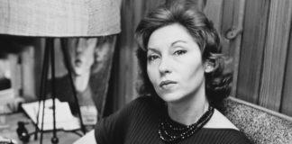Czarno-białe zdjęcie przedstawiające elegancką kobietę