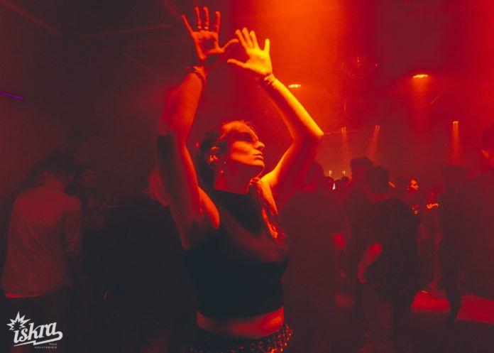 Kobieta tańcząca w klubie