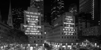 Budynek z wyświetlonymi na jego ścianie tekstem