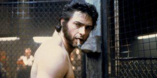 Półnagi mężczyzna z papierosem w ustach