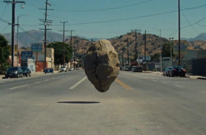 Duży głaz na środku drogi