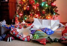 Rozpakowane prezenty pod choinką