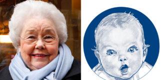 Starsza pani w niebieskim szaliku i rysunek dziecka