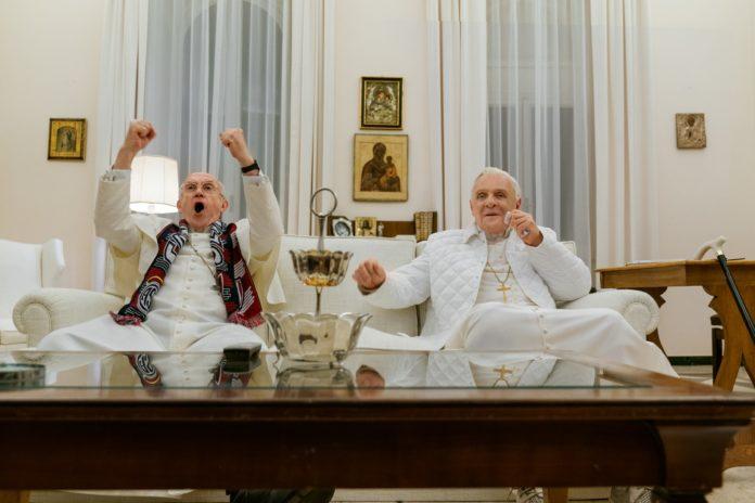 Dwóch mężczyzn siedzących na kanapie