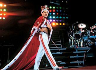 Mężczyzna ubrany w koronę i królewski płaszcz
