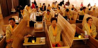 Ludzie siedzący w trumnach