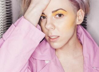 Dziewczyna w różowej ramonesce