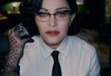 Kobieta z czarnymi włosami w białej koszuli i czarnym krawacie