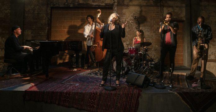Śpiewająca kobieta z zespołem w tle
