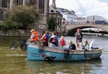 Ludzie na łódkach
