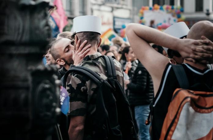 Dwóch całujących się mężczyzn