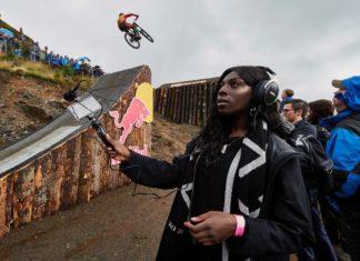 Czarnoskóra kobieta z mikrofonem z dłoni