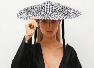 Dziewczyna w czarnej sukience i kapeluszu