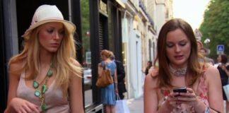 Dwie dziewczyny idące po ulicy