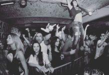 Ludzie bawiący się na imprezie