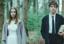 Dziewczyna w białej sukience i chłopak w garniturze z urną pod pachą