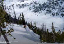 Mężczyzna na desce snowboardowej
