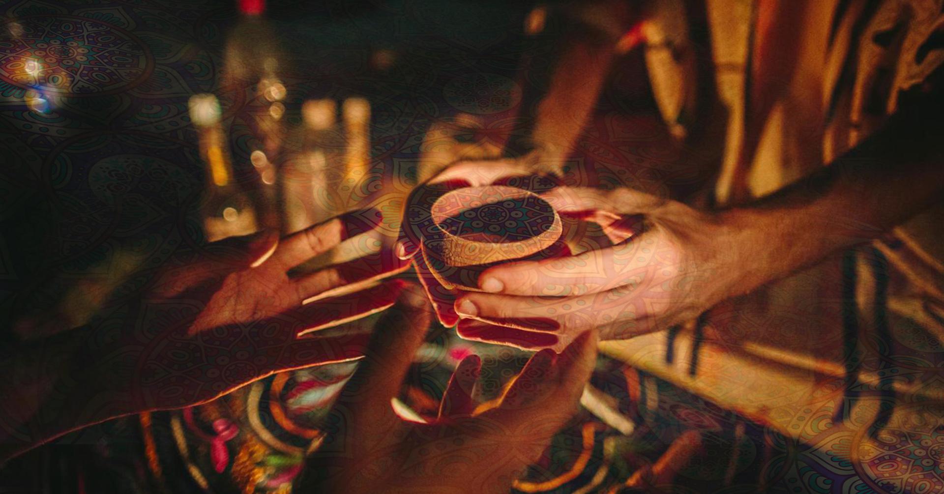 Dłonie podające gliniane naczynie