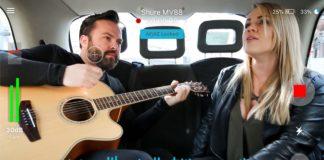 Dwójka ludzi śpiewająca w samochodzie