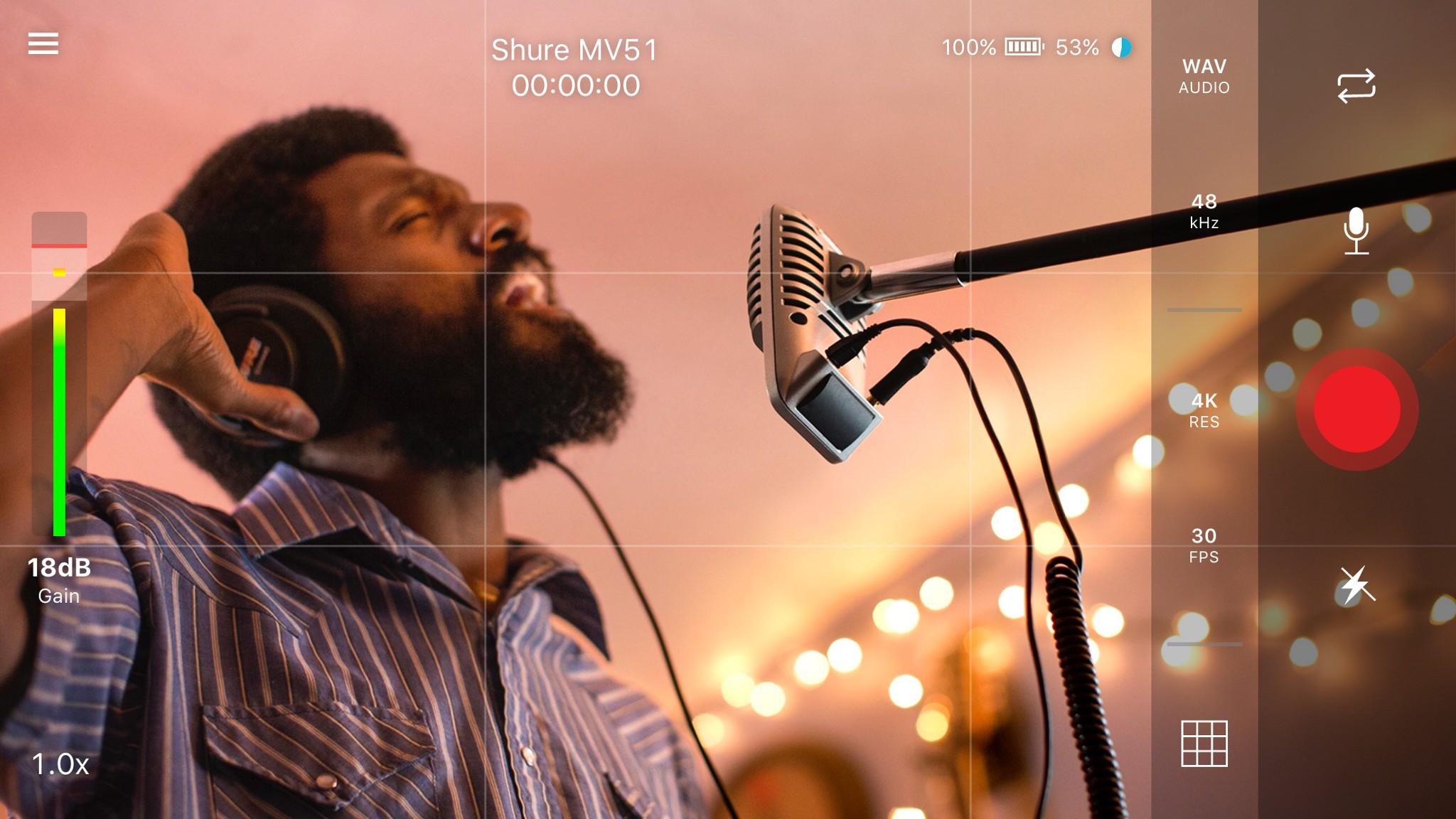 Czarnoskóry mężczyzna śpiewający do mikrofonu
