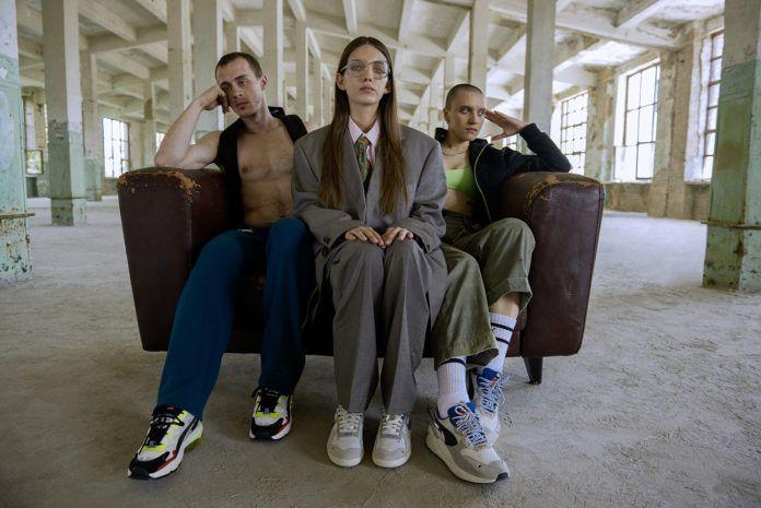 Trzy osoby siedzące na kanapie