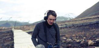 Mężczyzna idący z mikrofonem