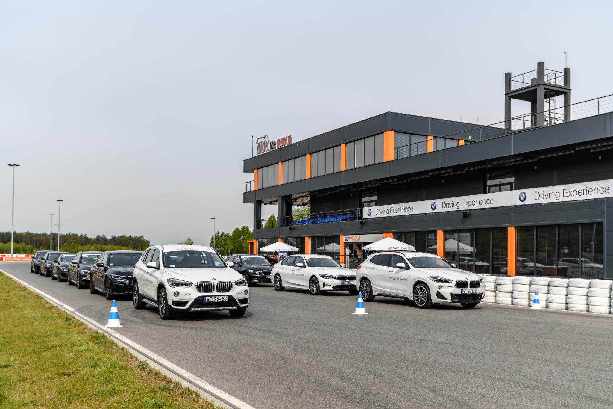 kolumna zaparkowanych samochodów BMW