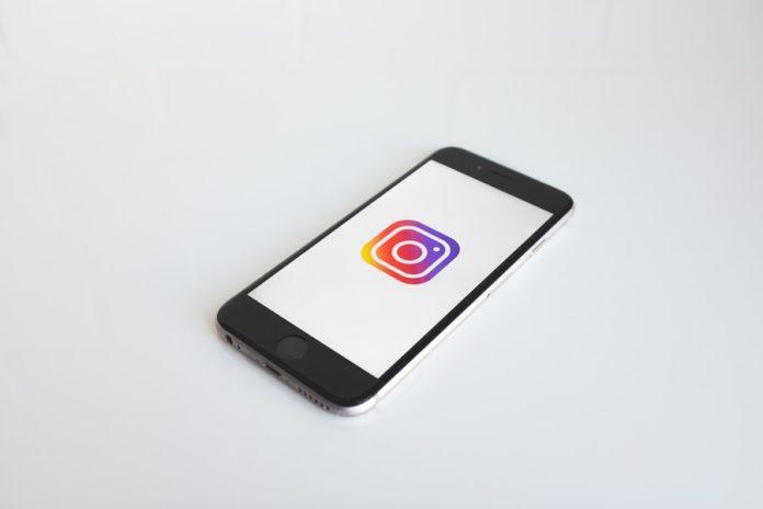 Telefon z ikoną Instagrama