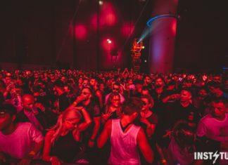 Tłum bawiących się ludzi