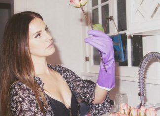 Dziewczyna w gumowych rękawiczkach