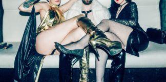 trzy osoby siedzące ze splecionymi nogami