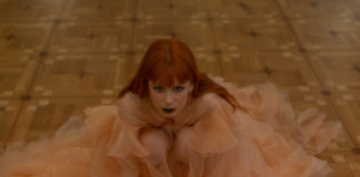 dziewczyna w morelowej sukni