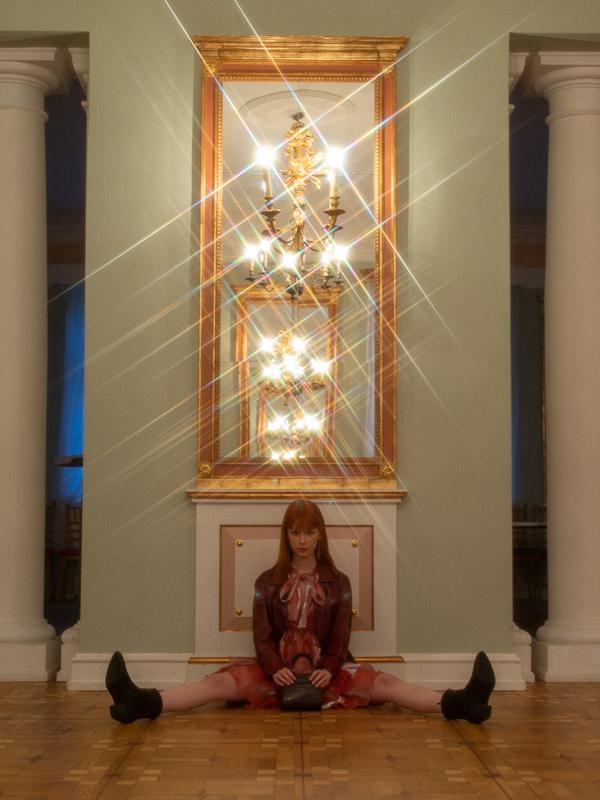 dziewczyna na podłodze przy lustrze
