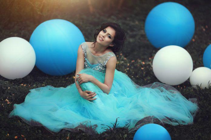 Kobieta w błękitnej sukni