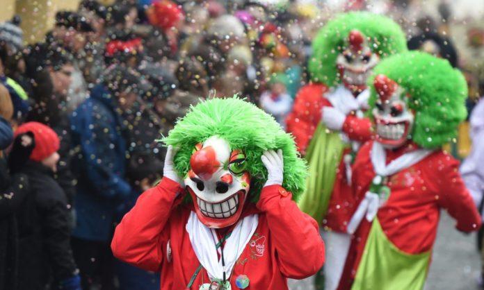 Przebrani ludzie w trakcie parady