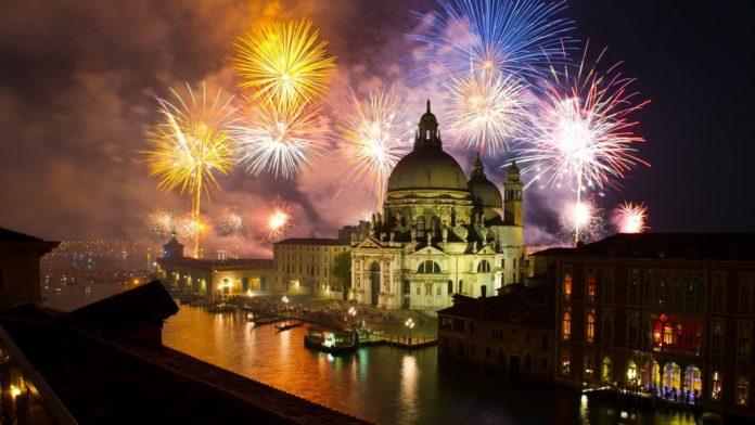 Sztuczne ognie nad kopułą kościoła w Wenecji