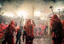 Grupa przebranych osób trzymających zimne ognie