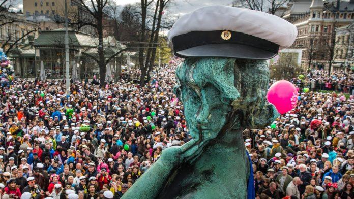 Pomnik w studenckiej czapce, w tle ludzie