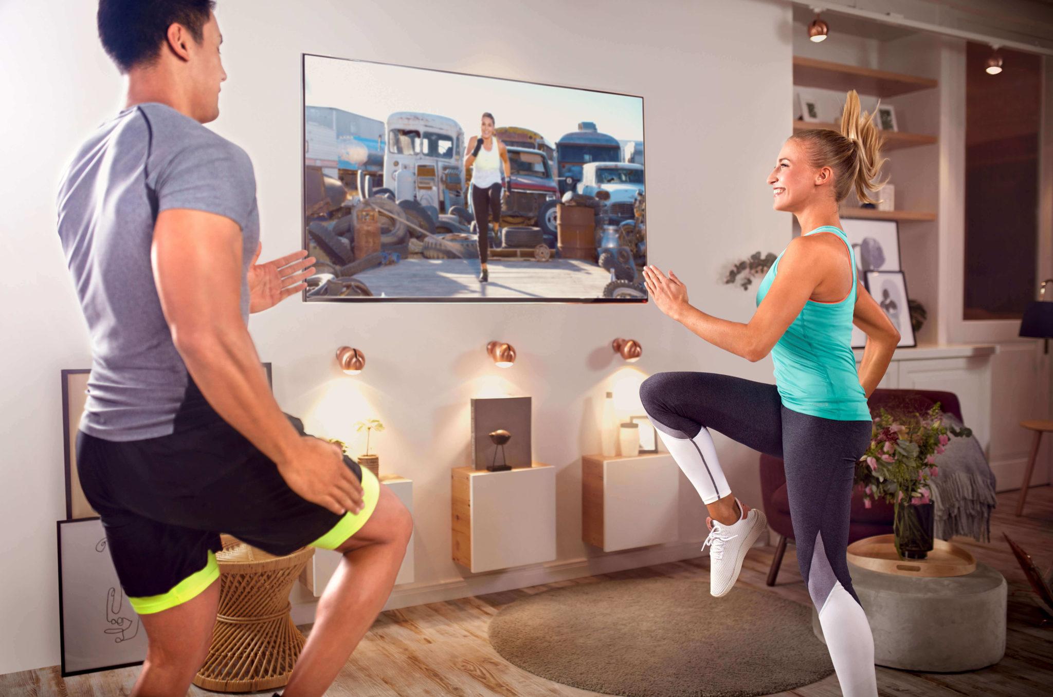 kobieta i mężczyzna ćwiczą przed ekranem