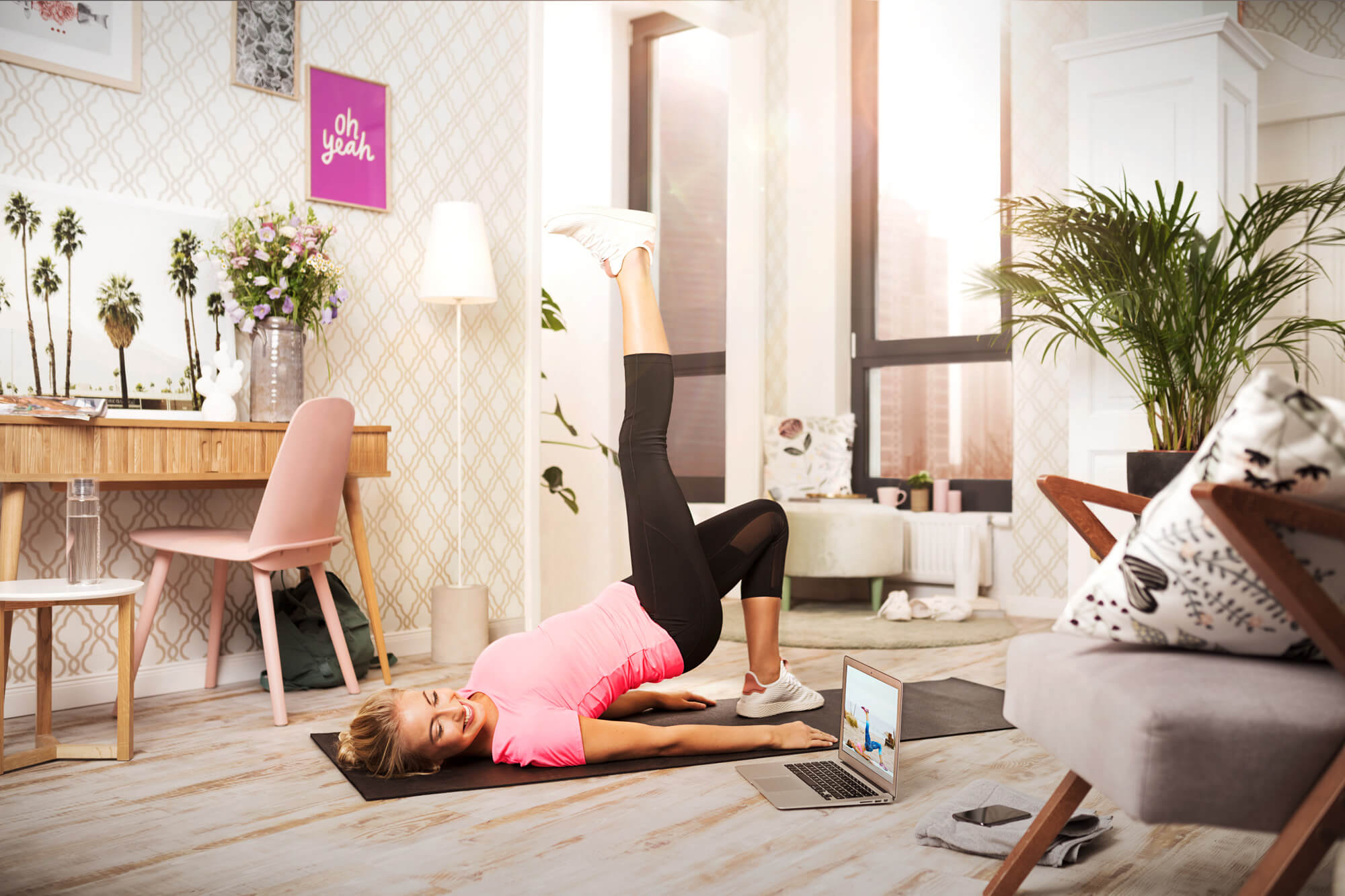 dziewczyna ćwiczy leżąc na podłodze