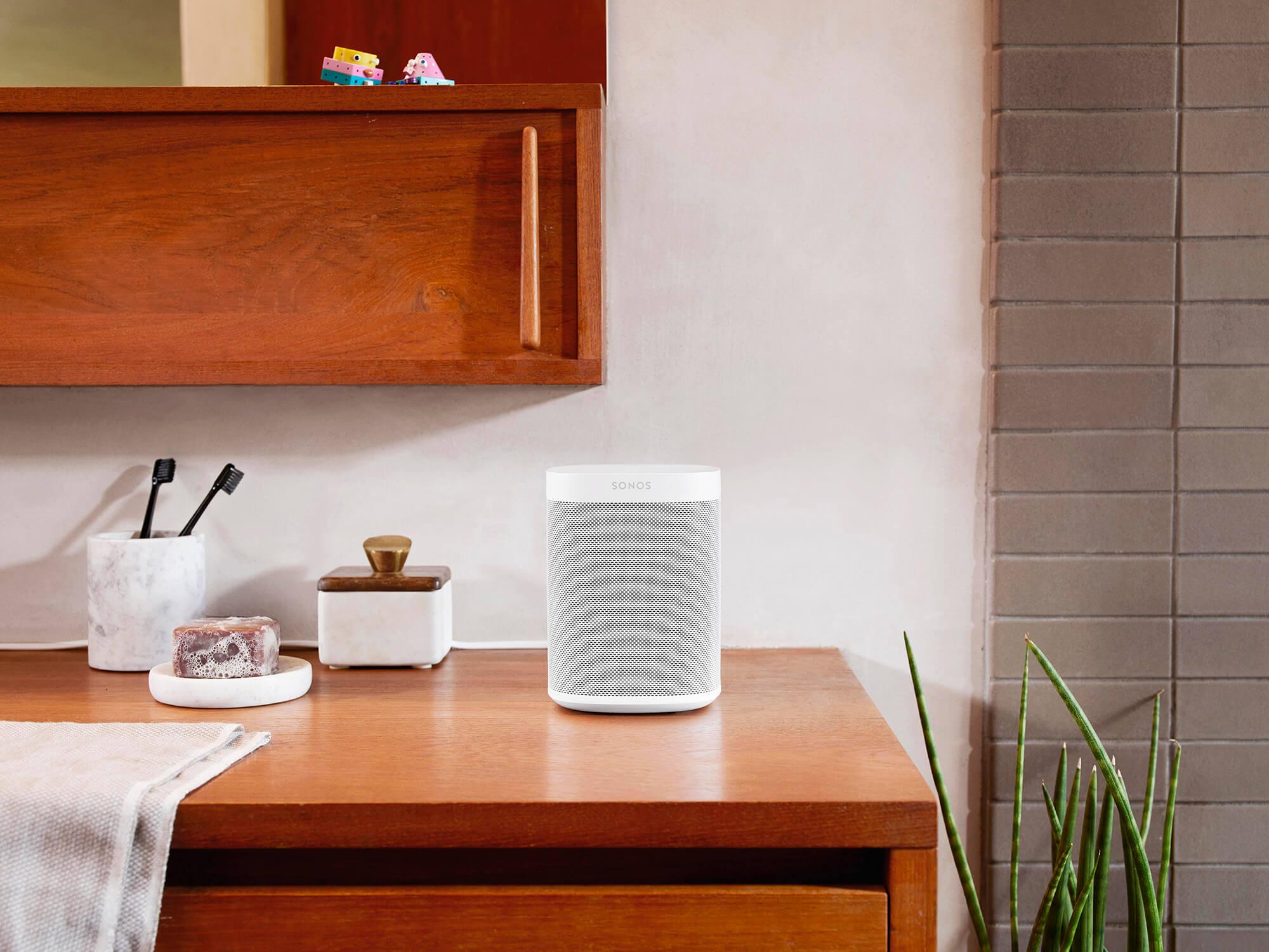 Biały głośnik Sonos na kolorowej półce