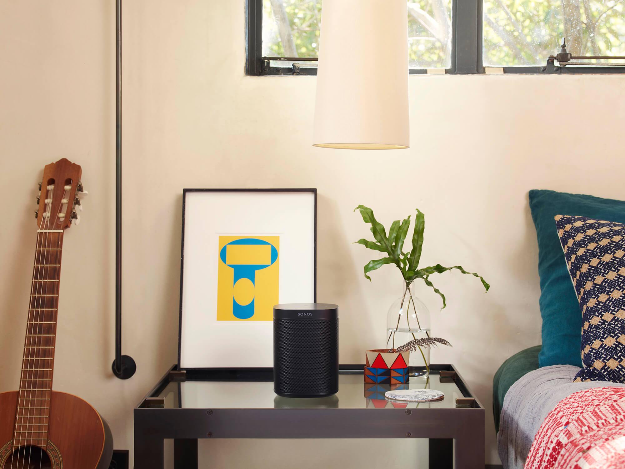 Czarny głośnik Sonos na stoliku