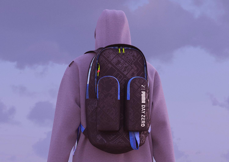 Model z czarnym nowoczesnym plecakiem na tle nieba odwrócony tyłem