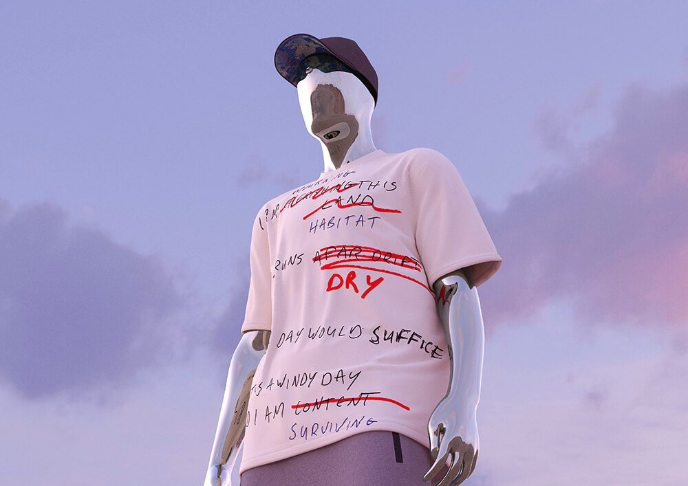 Wirtualny model w pudrowej koszulce z napisami na tle nieba