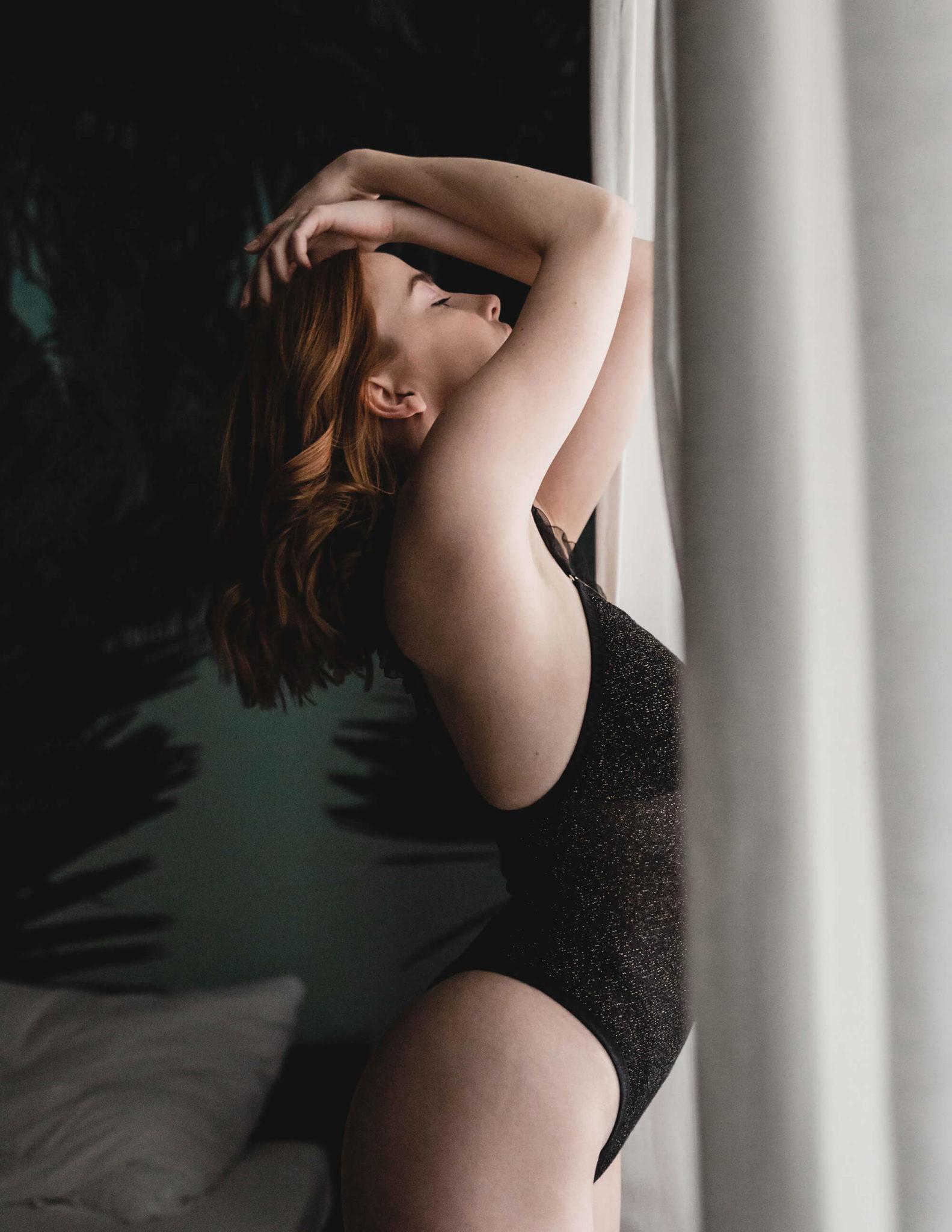Modelka stoi przy oknie