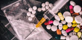 Narkotyki: strzykawka. tabletki, biały proszek w samarze
